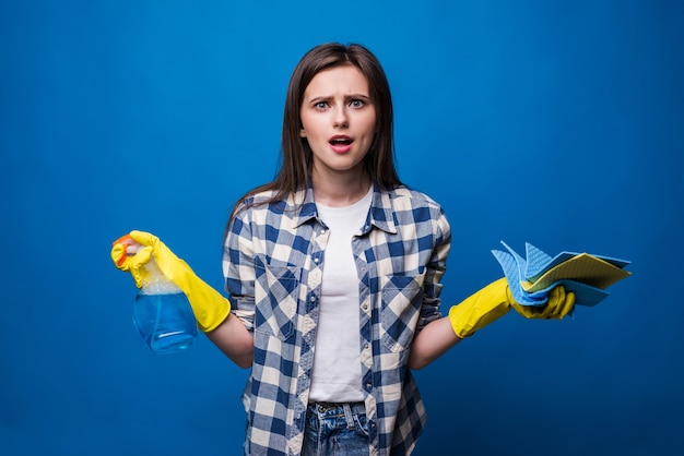 Mujer joven en delantal aislado. concepto de limpieza