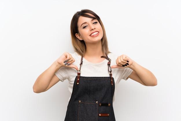 Mujer joven con un delantal orgullosa y satisfecha de sí misma.