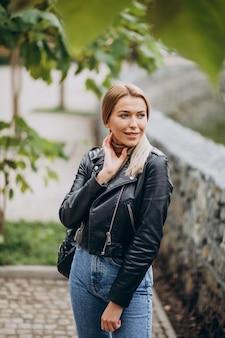 Mujer joven demostrando paños superiores