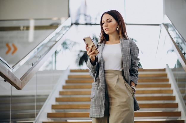 Mujer joven dentro del centro de negocios.