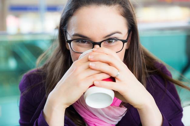 Mujer joven dentro de la estación de tren o aeropuerto