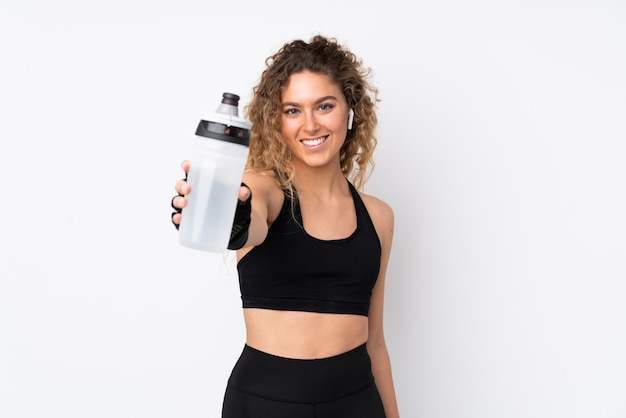 Mujer joven deporte en blanco con botella de agua deportiva