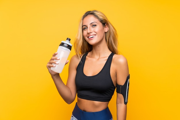 Mujer joven deporte con una botella de agua