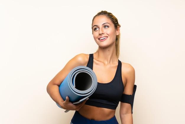 Mujer joven deporte con colchoneta