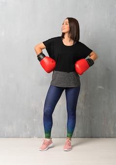 Mujer joven deporte con guantes de boxeo