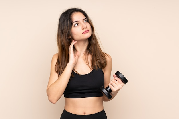 Mujer joven deporte haciendo levantamiento de pesas