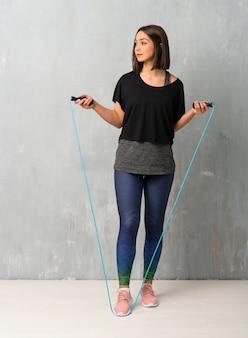Mujer joven deporte con saltar la cuerda