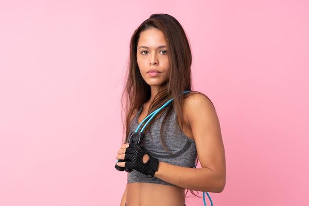 Mujer joven deporte sobre pared aislada