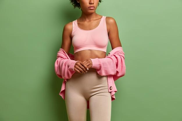 Mujer joven, en, deporte, top, y, leggings
