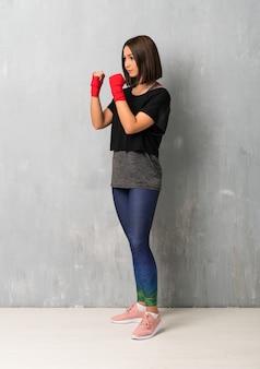 Mujer joven deporte en vendas de boxeo