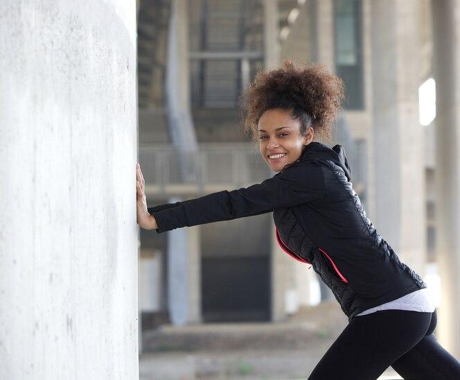 Mujer joven deportes estirando ejercicio al aire libre