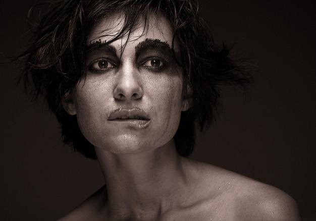 Mujer joven en depresión. maquillaje creativo.