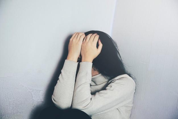 Mujer joven deprimida y triste