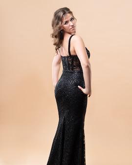 Mujer joven desgaste moda vestido seda color negro