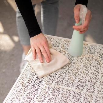 Mujer joven desinfectar antes de abrir