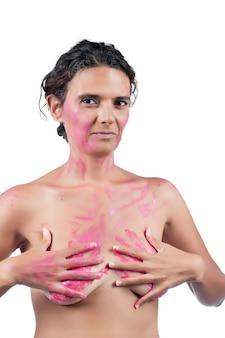 Mujer joven desnuda con manos rosadas, que representa la lucha contra la conciencia del cáncer de mama.