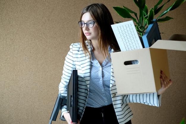 Mujer joven despedida del trabajo