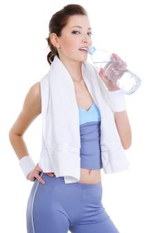 Mujer joven, después, deporte, ejercicios, agua potable