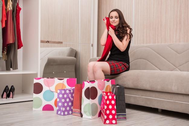 Mujer joven después de ir de compras con bolsas