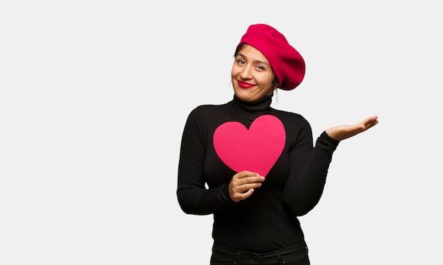 Mujer joven en el día de san valentín confundida y dudosa