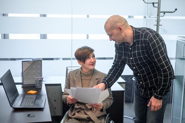 Mujer joven con discapacidad en el cargo con un hombre