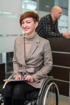 Mujer joven discapacitada en oficina sonriendo