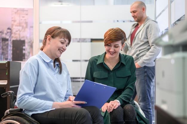 Mujer joven discapacitada en oficina