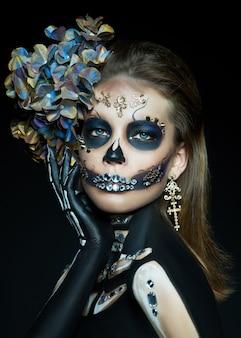 Mujer joven con un disfraz y maquillaje de halloween