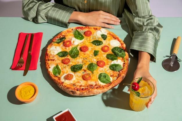 Mujer joven disfrutando de una deliciosa pizza