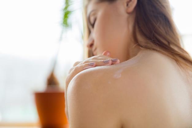 Mujer joven disfrutando de un día de spa