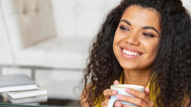 Mujer joven disfrutando de una taza de café