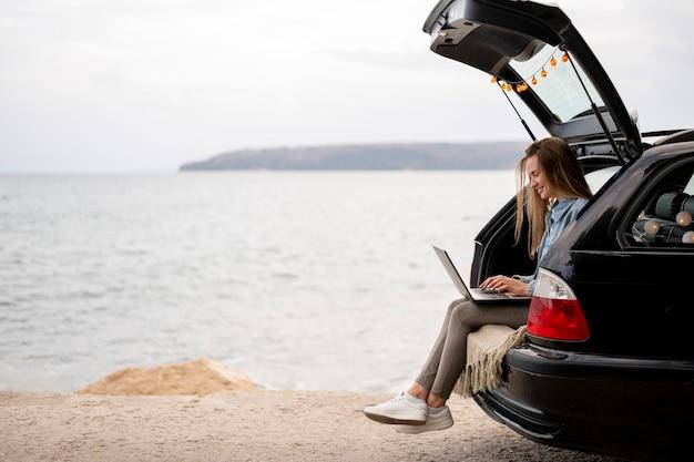 Mujer joven disfrutando de viaje por carretera