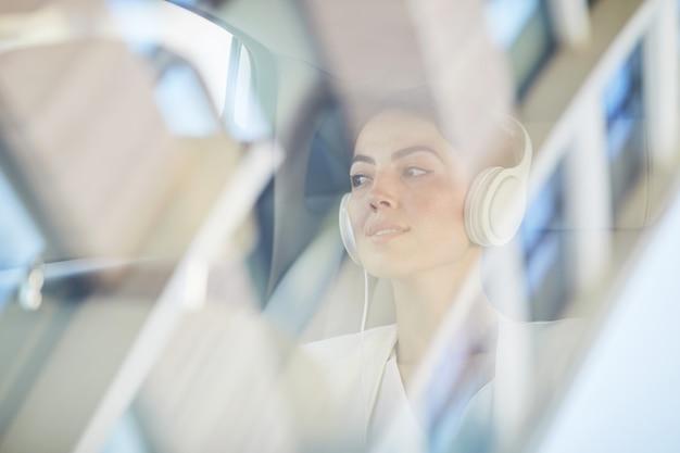 Mujer joven disfrutando de viaje en taxi
