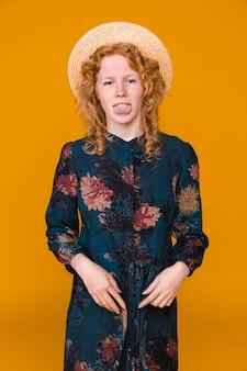 Mujer joven divertida del jengibre que hace caras