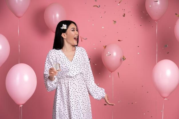 Mujer joven divirtiéndose en una fiesta