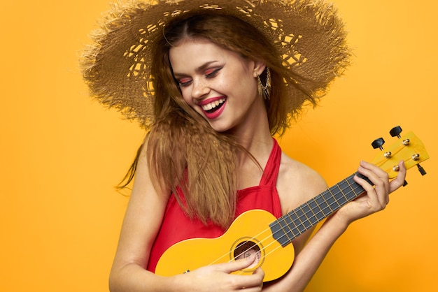 Mujer joven divirtiéndose y riendo, una fiesta de traje de baño