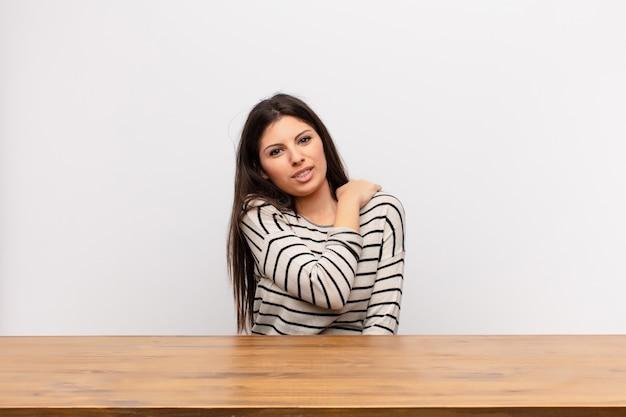 Mujer joven con dolor cervical u hombro