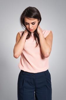Mujer joven, con, dolor de cuello
