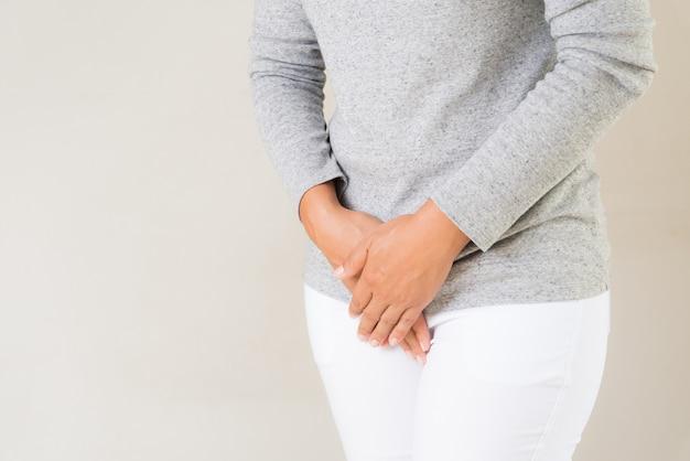 Mujer joven con dolor de estómago doloroso.