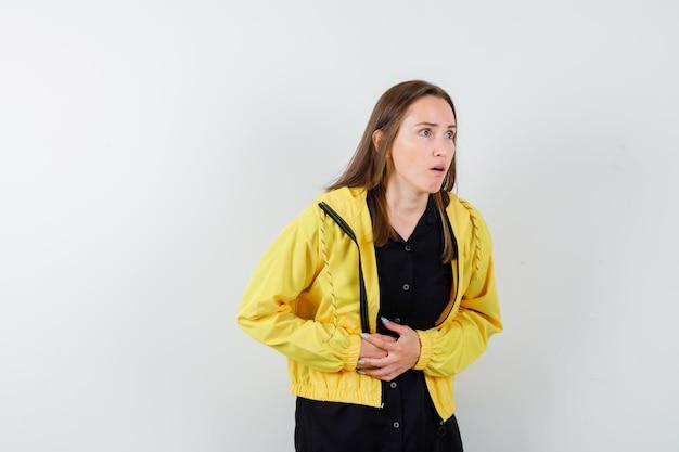 Mujer joven con dolor de estómago