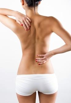 Mujer joven con dolor en su espalda