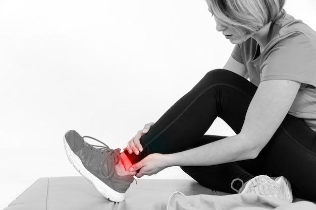 Mujer joven con dolor en el tobillo