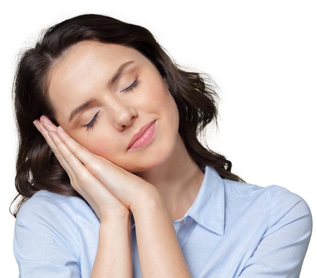 Mujer joven está durmiendo la siesta por unos minutos.