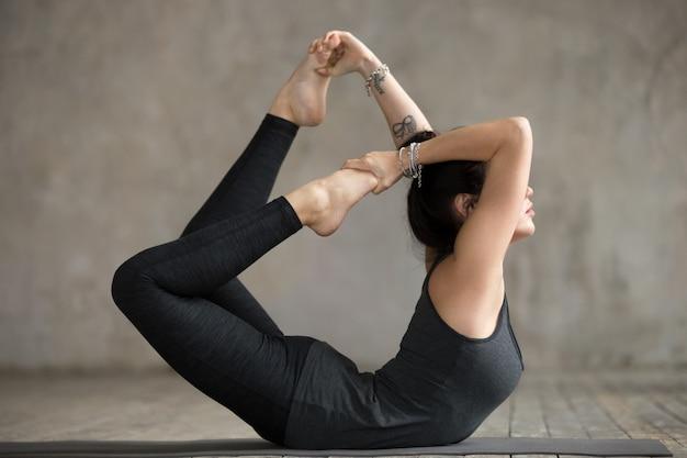 Mujer joven en ejercicio de arco