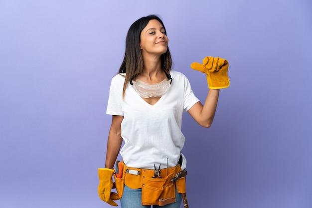 Mujer joven electricista aislada orgullosa y satisfecha de sí misma
