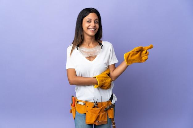 Mujer joven electricista aislada