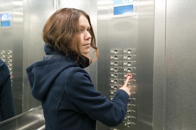 Mujer joven, en el elevador