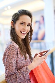 Mujer joven eligiendo la siguiente dirección de compras
