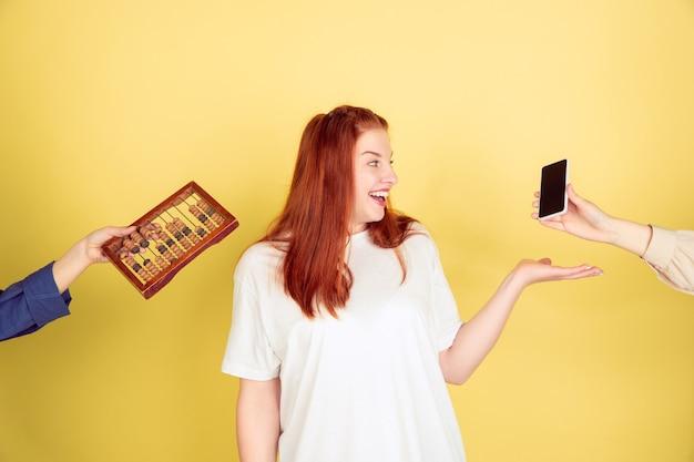 Mujer joven eligiendo tecnología moderna