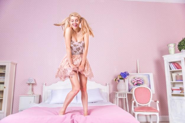Mujer joven, en, ella, habitación